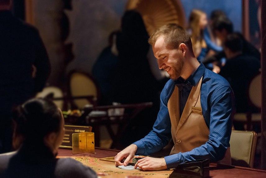 Александр за работой в казино Виктория-Черри