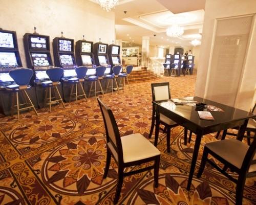 Вид на игровые автоматы в казино Зевс, Минск