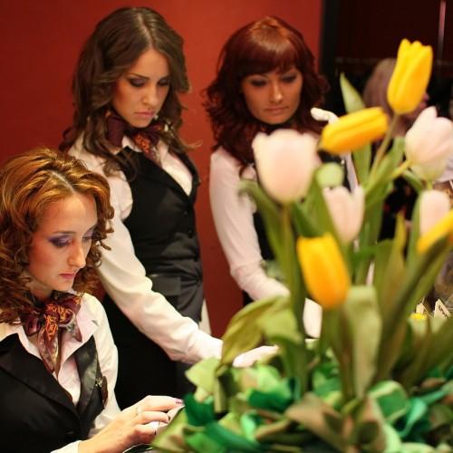 Девушки из службы приема в казино Бакара