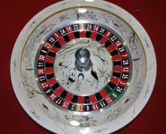 Колесо рулетки с тематическим рисунком.